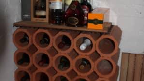 Viinipullotelineet on tehty viemäriputkista.