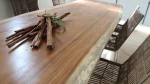 Pöytä on indonesialaista huonekalupuuta.