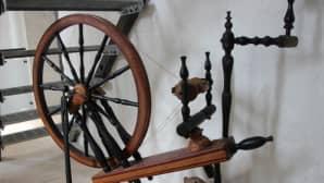 Maija Korkeelan isoisoäidin rukki on peräisin 1800-luvulta.