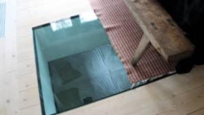 Kellarikerrokseen näkee lattiaikkunan kautta.