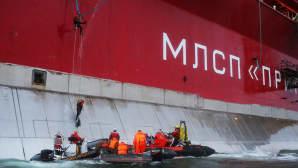 Greenpeace-aktivistit kiipeämässä venäläiselle öljynporauslautalle.