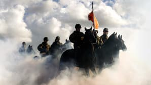 Hollannin ratsuväki harjoittaa hevosiaan rannalla Scheveningenissa seuraavan päivän kuninkaallista paraatia varten.