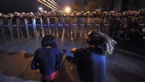 Mielenosoittajat ja mellakkapoliisi vastatusten.