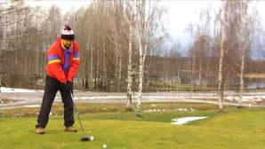 Mies golfkentällä