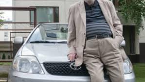Ohjaaja Matti Kassila on asunut yli 30 vuotta Vantaan Rajatorpassa. Kuvassa Kassila on työhuoneensa edustalla kotipihallaan kesällä 2013.