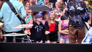 Tyttö katselee Softenginen esiintymistä Seinäjoen torilla.