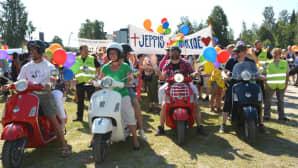 Kuvassa on Pietarsaaren Jeppis Pride-kulkueeseen osallistuneita ihmisiä.