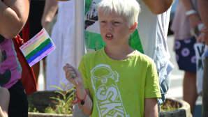 Kuvassa on Pietarsaaren Jeppis Pride-kulkueen yleisössä ollut poika.