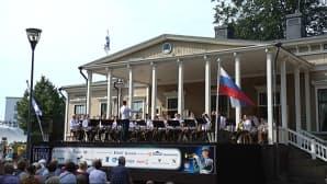 Venäjän läntisen sotilaspiirin esikunnan soittokunnan ilmaiskonserttia oli seuraamassa puistontäydeltä väkeä