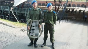 Sotilassoittokunnan muusikot Aleksi Kuuva (vas.) ja Jere Paldanius valmistautuivat illan esitykseen Hamina Tattoossa