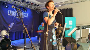Naislaulaja laulamassa lavatansseissa