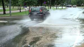 Kadulle tulvi vettä ukkoskuuron jälkeen