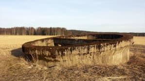 Kaivon jäänteet sodanaikaisen lentokentän alueella Porkkalassa.