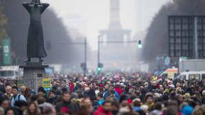 Ulkoilmajuhlaan osallistuvia ihmisiä Heinäkuun 17. päivän -kadulla sunnuntaina 9. marraskuuta.