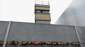 Bernauer Strassen muistopaikalla sijaitsevaan muurin kappaleeseen tuotiin ruusuja 9. marraskuuta.