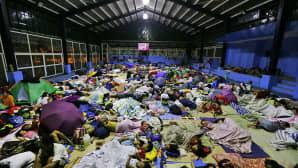 satoja ihmisiä nukkuu koripallohallin lattialla