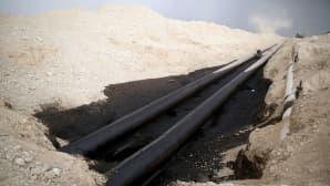 hiekkaisessa erämaassa kulkeva öljyputki on vuotanut lammikon
