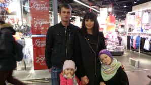 Vijan perheen isä, äiti ja kaksi tyttöä.