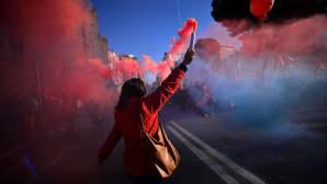 Mielenosoittaja pitelee kädessään savupatruunaa.