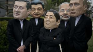 Aktivistit ovat pukeutuneet Kanadan pääministeri Stephen Harperia, Kiinan presidenttin Xi Jinpingia, Japanin pääministeri Shinzo Abea, Intian pääministeri  Narendra Modia sekä Venäjän presidentti Vladimir Putinia muistuttaviin naamareihin Perun Limassa.