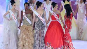 Vuoden 2014 Miss Maailma -kilpailun ehdokkaita lavalla. Ylhäällä oikealla Etelä-Afrikan Rolene Strauss.