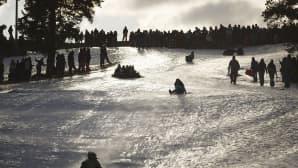 Opiskelijoiden perinteinen laskiaisrieha Kaivopuiston Ullanlinnamäen rinteessä Helsingissä laskiaistiistaina 17. helmikuuta 2015.