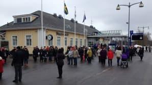 Ruotsin kuningasparia on saapunut seuraamaan hyvissä ajoin runsaasti ihmisiä.