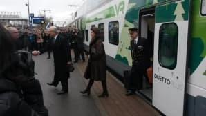 Kuningaspari astuu junasta Lappeenrannan rautatieasemalla.