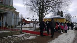 kuninkaallisille on levitetty punainen matto linnoituksessa