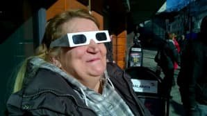 Auringonpimennystä katseleva nainen.