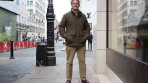 Viisikymppinen Tim pitää tweedistä ja satsaa kelloon, vyöhön ja kenkiin.