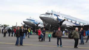 Kaksi lentokonetta.
