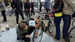 Pyörän korjausta pajalla Oulussa.
