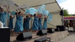 Pohjan akat tanssivat Oulun torin lavalla.