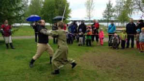 Merirosvomiekkailua Kiikelissa merifestivaaleilla.