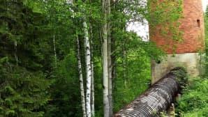 Hyökytorni syöttää vettä kohti vesivoimalaitosta. 700 metriä pitkä puuputki uusittiin kymmenisen vuotta sitten.
