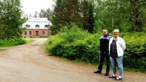 Toimistosihteeri Riitta Rossi ja tuotantopäällikkö Heikki Syrjälä esittelivät tehtaan aluetta.