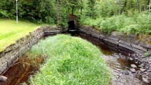 Pytingin takapihalla on patruunan perheelle rakennettu uima-allas. Allas täyttyy koskivedellä, kun tätä varten rakennettu pato suljetaan.