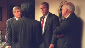 Yhdysvaltain entinen presidentti George W. Bush puhuu henkilökuntansa kanssa.
