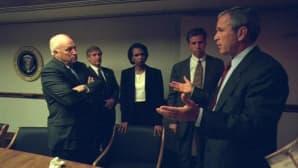 Bush puhuu henkilökuntansa kanssa.