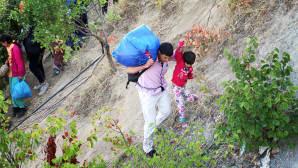 Maahanmuuttajia matkalla kohti Makedonian rajaa Pohjois-Kreikassa, lähellä Idomenin kylää 4. syyskuuta.