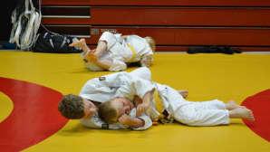 Nuoret judokat tatamilla.