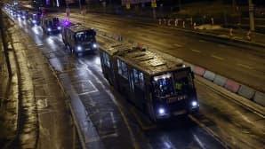 Linja-autoletka kuljettaa turvapaikanhakijoita Unkarin rajakaupunkiin Hegyeshalomiin.
