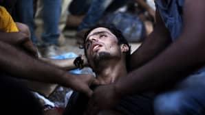 Turvapaikanhakija lyyhistyy maahan samalla kun poliisi yrittää hajottaa rekisteröitymistä odottavaa väkijoukkoa Lesboksen saarella Kreikassa.