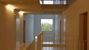 Puolilämmin portaikko mahdollisti poikkeuksellisen avaran mitoituksen.