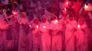 Intialaiset lesket polttavat ilotulitteita käsissään