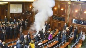 Opposition edustaja teki kyynelkaasuiskun Kosovon parlamenttiin 30. marraskuuta.