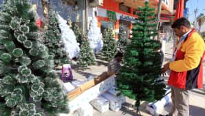 Mies valikoi joulukuusta Begdadin keskustassa