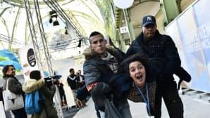 """Mielenosoittaja kannettiin ulos ilmastokokouksen """"Solutions COP21"""" -näyttelystä Pariisissa 4. joulukuuta."""