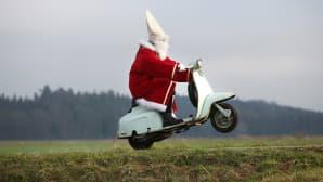 Joulupukki keuli skootterilla Laubbachissa, Saksassa 3. joulukuuta.
